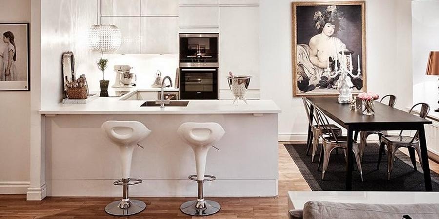 Biały apartament z nowoczesną kuchnią i dodatkami glamour, wystrój wnętrz, wnętrza, urządzanie domu, dekoracje wnętrz, aranżacja wnętrz, inspiracje wnętrz,interior design , dom i wnętrze, aranżacja mieszkania, modne wnętrza, styl skandynawski, styl nowoczesny, glamour, białe wnętrza