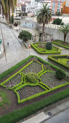 The garden of As Borgas, with the fountain and the thermal bath