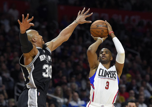 David West (San Antonio Spurs) et Chris Paul (Los Angeles Clippers) lors d'un match NBA.