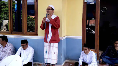 Al-Habib Ali bin Shalih Al-Attas (Pelantun Diba' dari Bekasi)  Dari sebuah toko kaset di Jalan Kartini, salah satu sudut kota Bekasi, terdengar lantunan Maulid yang mendayu berlanggam hadhrami, berirama khas Hadramaut. Syair tersebut, meski sangat populer, tak cukup akrab di telinga muhibin, yang lebih sering mendengar maulid Simthud Durar, yaitu Maulid Diba'. Sang pelantun seorang habib bersuara emas asal Bekasi yang sering kali melantunkannya tanpa sedikit pun membaca. Ratusan bait syair tentang sejarah kehidupan Rasulullah itu ia hafal di luar kepala. Tak tanggung-tanggung, empat buah album kaset maulid, ratib, dan selawat telah diluncurkannya sejak tahun 1993 lalu. Figur kita, yang kerap tampak di perhelatan spiritual para habib, kali ini adalah Habib Ali bin Soleh Alatas, ulama yang kental berdialek Betawi, pengasuh Majelis Taklim Ar-Ridwan, Bekasi Kidul. Ihwal kepiawaian Habib Ali membaca maulid karya Syekh Abdurrahman Ad-Diba'i ini berasal dari sang kakek, Habib Muhammad bin Muhsin Alatas, generasi pertama habaib yang menjejakkan kaki di Bekasi, dan ayahnya, Habib Soleh bin Abdullah Alatas.  Sang ayah, Habib Soleh Alatas, adalah kemenakan sekaligus menantu Habib Muhammad bin Muhsin Alatas. Sebelum menetap di Bekasi, ia pernah merantau ke Jambi, dan sempat menikah dengan seorang gadis yang memberinya lima orang anak. Beberapa tahun kemudian, Habib Soleh ke
