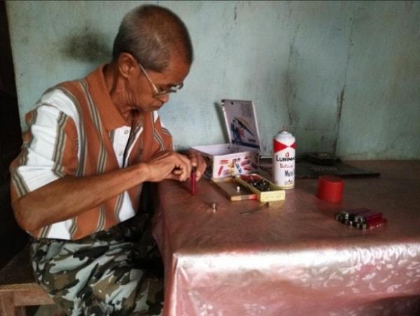 Seorang Kakek Dari Tahun 1981 Menekuni Pekerjaan Jasa Isi Ulang Korek Gas
