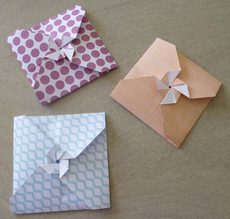je m 39 clate avec mes 10 doigts des petites enveloppes en origami. Black Bedroom Furniture Sets. Home Design Ideas