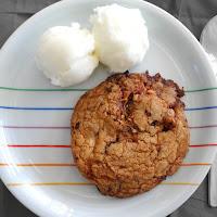 Cookie gigante com pepitas de chocolate e torrão