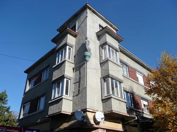 Берегово. Площа Кошута. Житловий будинок. Стиль: конструктивізм.
