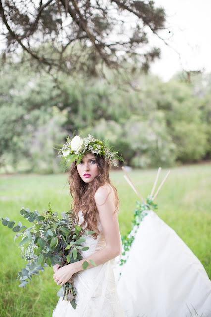 Wedding inspiration - Bridal photoshoot with floral crown, bold lip and vintage style