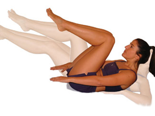 如果沒有太大體力做仰臥起坐,不用勉強自己,每天睡前在床上,無論多晚睡都可以,平躺床上作屈腿動作,左右輪替彎曲10分鐘,膝蓋盡量貼近腹部,簡單消除腹部贅肉,也讓你睡眠更舒適。