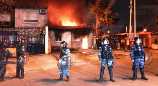 LOMA DE ZAMORA: Un grupo de vecinos incendiaron la casa del acusado