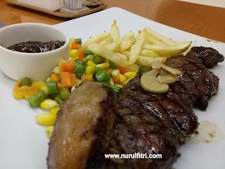http://www.nurulfitri.com/2017/07/konsep-unik-makan-di-atas-pesawat-steak.html