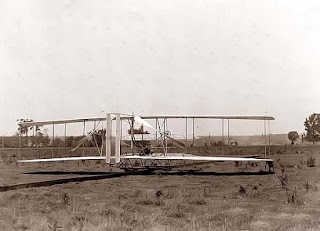 Biografi Wright bersaudara - Penemu Pesawat Terbang   Pesawat terbang adalah pesawat udara yang lebih berat dari udara, bersayap tetap, dan dapat terbang   dengan tenaga sendiri. Secara umum istilah pesawat terbang sering juga disebut dengan pesawat udara   atau kapal terbang atau cukup pesawat dengan tujuan pendefenisian yang sama sebagai kendaraan yang   mampu terbang di atmosfer atau udara. Namun dalam dunia penerbangan, istilah pesawat terbang berbeda   dengan pesawat udara, istilah pesawat udara jauh lebih luas pengertiannya karena telah mencakup pesawat   terbang dan helikopter.  Wright bersaudara (Wright brothers), Orville yang lahir terhadap tanggal 19 Agustus 1871 & meninggal 30   January 1948 selanjutnya saudaranya Wilbur yang lahir terhadap 16 April 1867 & meninggal 30 May 1912   yaitu dua orang Amerika yang dicatat dunia sbg penemu pesawat terbang lantaran mereka sukses membangun   pesawat terbang yang mula-mula kali sukses diterbangkan & dikendalikan oleh manusia terhadap tanggal 17   Desember 1903. Dua thn sesudah penemuan mereka, ke-2 bersaudara tersebut mengembangkan 'mesin terbang'   mereka ke wujud pesawat terbang yang menggunakan sayap yang seperti sekarang ini kita kenal.   Meskipun mereka bukan orang yang mula-mula menciptakan pesawat percobaan atau experiment, Wright   bersaudara ialah orang yang mula-mula menemukan kendali pesawat maka pesawat terbang