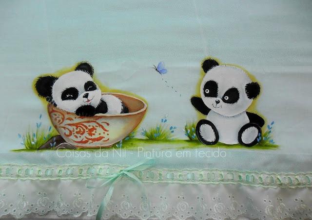 fralda verde com pintura de ursinhos panda
