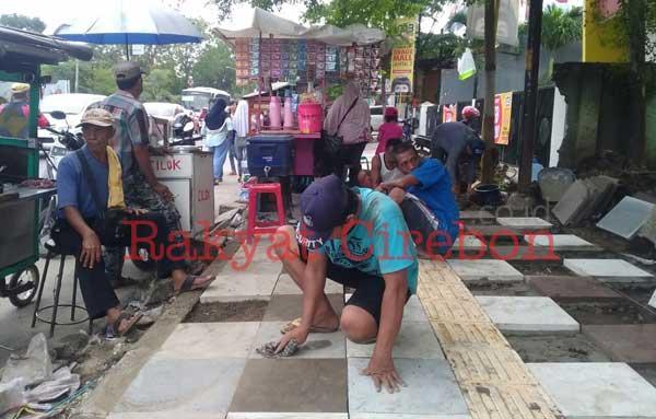 pekerja proyek trotoar cipto kesulitan bekerja