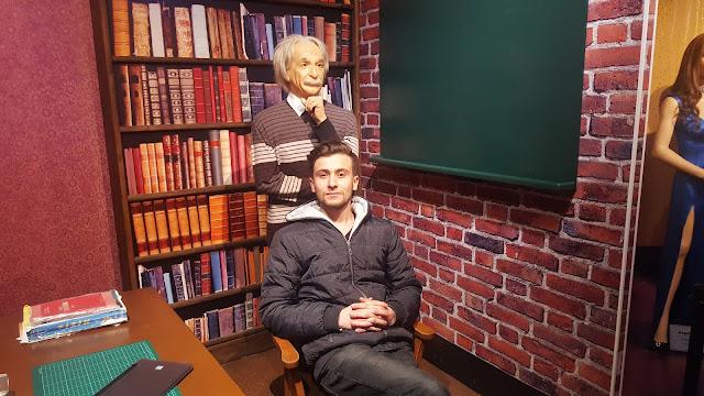 Harun İstenci Eskişehir'de Yılmaz Büyükerşen Balmumu Müzesi turunda Albert Einstein ile birlikte...