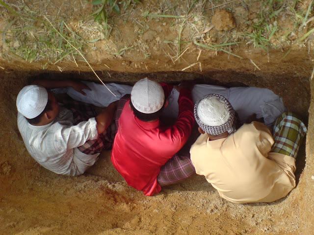 Beginilah Keadaan Mayat di Dalam Kubur Setelah Dikuburkan