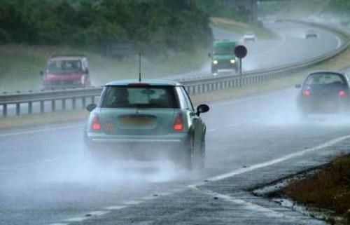 Χρήσιμες συμβουλές για ασφαλή οδήγηση σε κακοκαιρία
