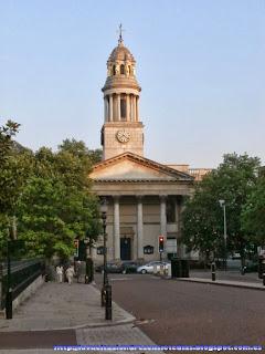 Fachada principal de la iglesia de St. Marylebone Parish Church