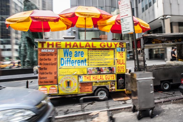Kisah Penjual Hotdog Halal di New York yang Kini Mendunia