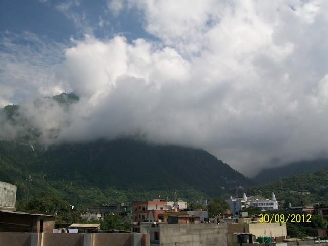त्रिकुटा पर्वत बादलों से ढंका हुआ