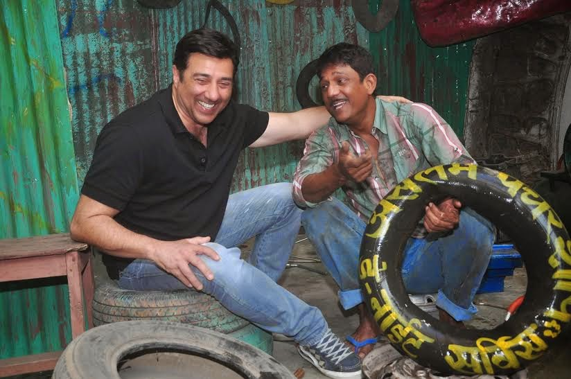 Sunny Deol gets his tyre repaired by Aslam Puncturewala