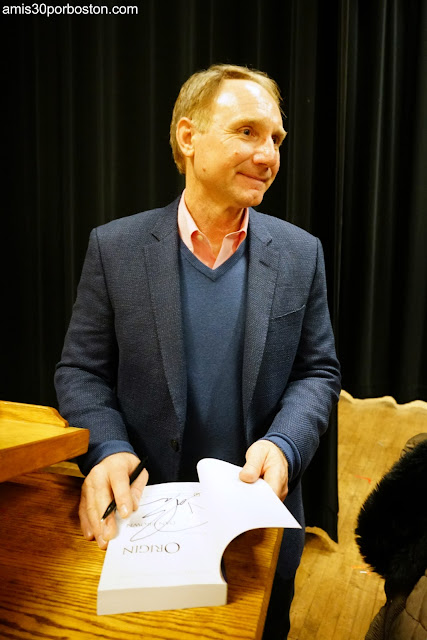 Dan Brown Firmando su Novela Origen