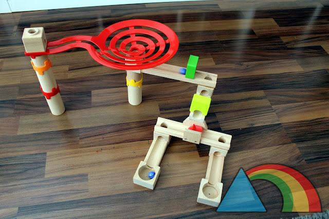 Ejemplo de construcción de pista de bolas con las piezas de la marca Playtive Junior de Lidl