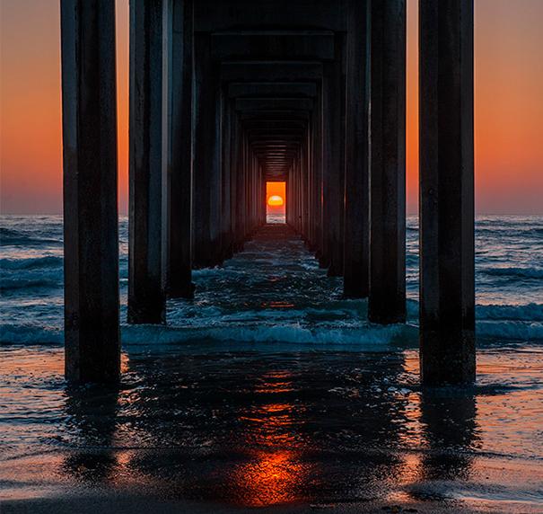 Δύο φορές το χρόνο, το ηλιοβασίλεμα ευθυγραμμίζεται απόλυτα με αυτή την προβλήτα στην Καλιφόρνια_omorfos-kosmos.gr