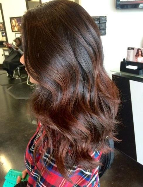 Destaca marrón oscuro del cabello y balayage complementa maravillosamente,  como lo demuestra esta selección de color de pelo precioso.