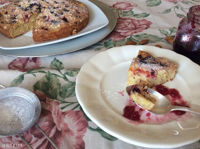bizcocho-de-manzanas-con-frutos-rojos-almendra