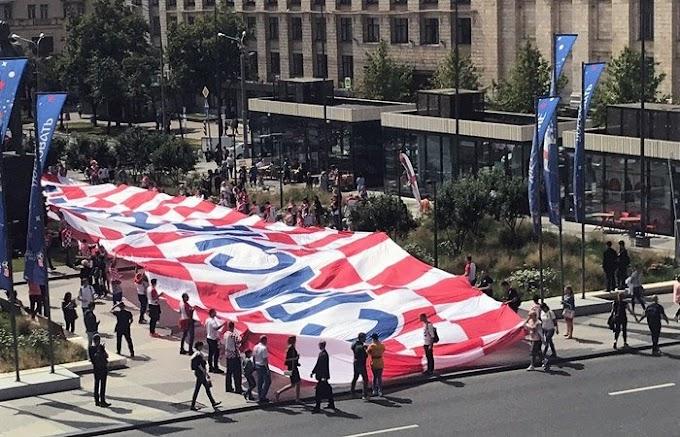 Хорватские болельщики развернули в центре Москвы баннер «Спасибо, Россия»