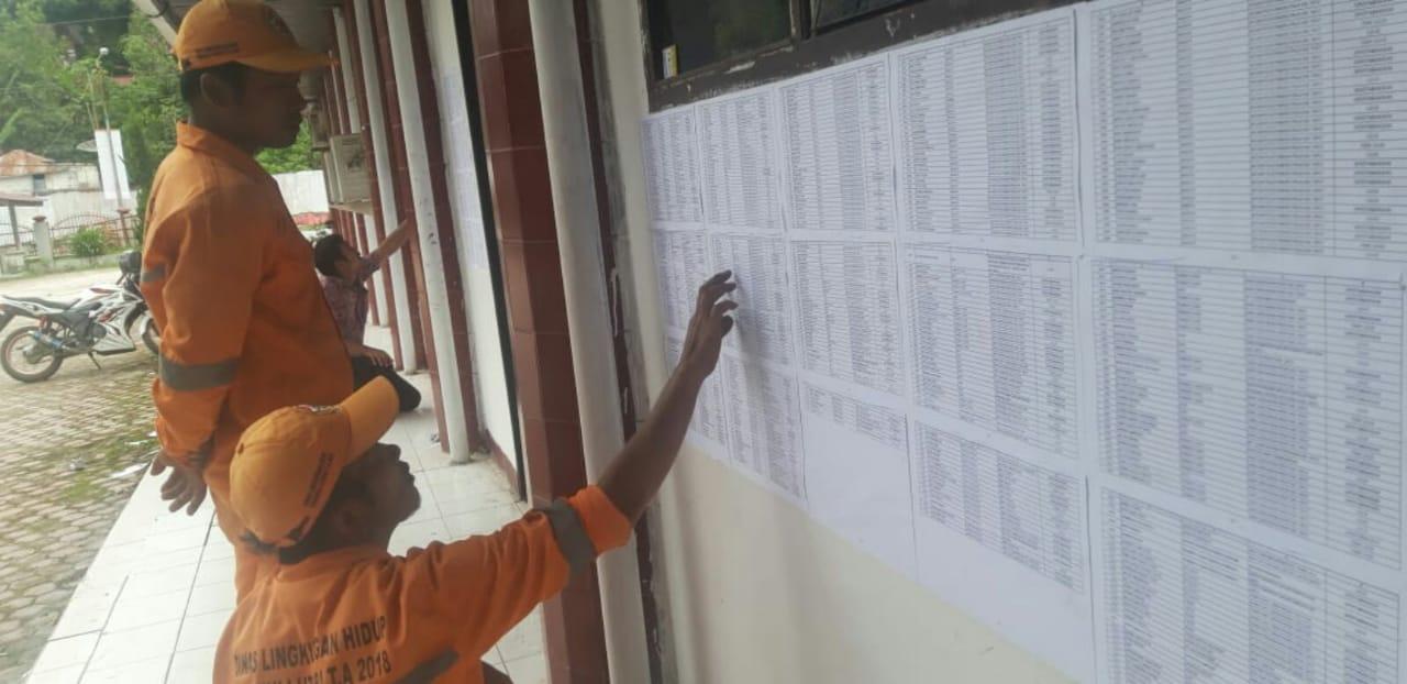 Tenaga honor Dinas Kebersihan saat melihat hasil pengumuman di Kantor BKD, Tarutung.