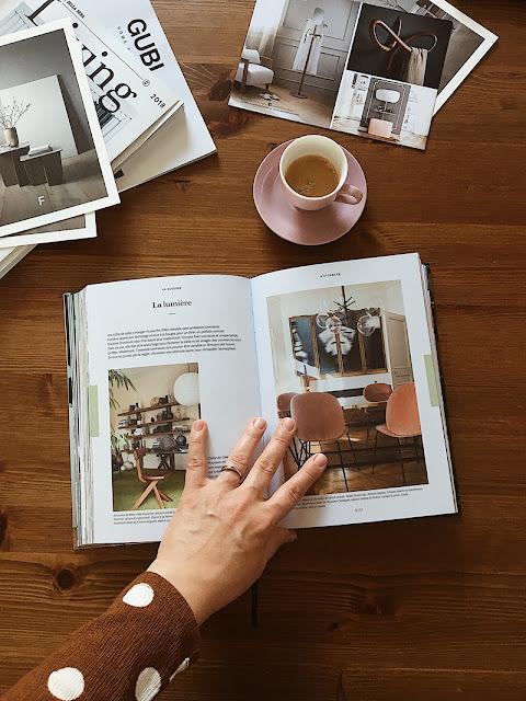 flatlay, książka, book, coffee, kawa, dłoń, hand, magazines