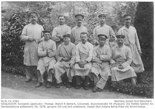 Joseph Stoll (hinten Mitte mit Schirmmütze) mit Kameraden, unbekannter Ort und Zeit, vermutlich aber Grundausbildung Darmstadt 1915; Nachlass Joseph Stoll Bensheim, Stoll-Berberich 2016