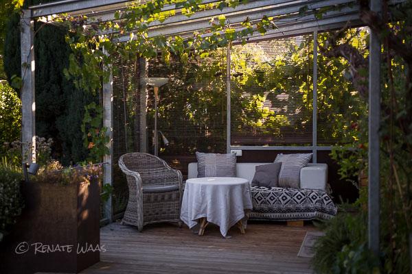 geniesser garten ueberdachte terrasse im geniessergarten. Black Bedroom Furniture Sets. Home Design Ideas