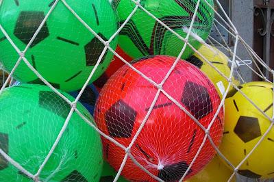 imagen de pelotas de fútbol en una red
