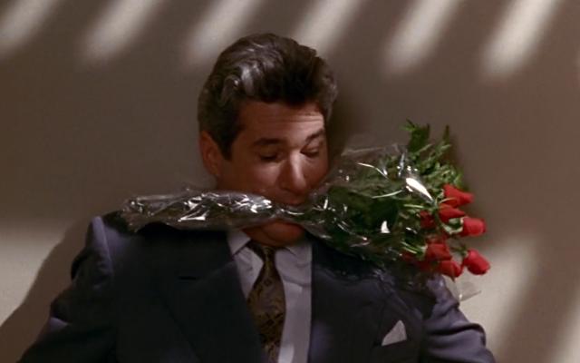 Mas Edward volta com um buquê de flores e tudo se resolve