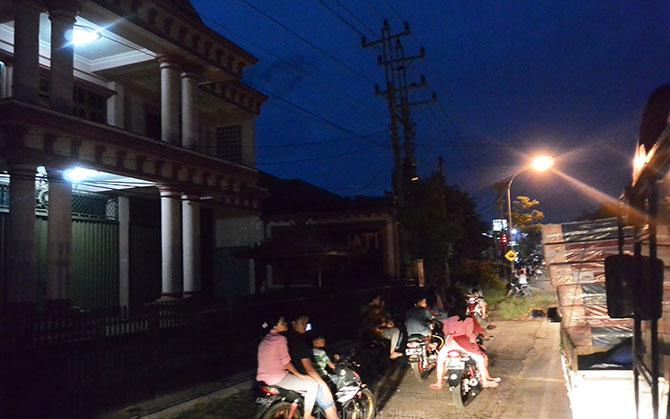 Dokumentasi para penunggu Telolet sehabis magrib di Jepara