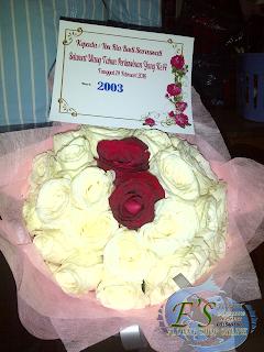 bunga tangan mawar putih dab dua mawar merah di tengah