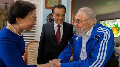 Fidel Castro saluda a la esposa del Primer Ministro chino.