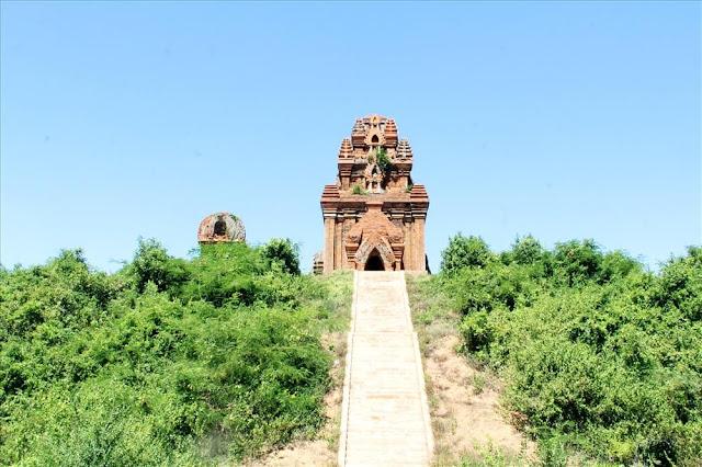 Di tích tháp Đôi hàng ngày hút nhiều du khách tham quan. Các nhà khảo cổ ví các cụm tháp Chăm ở Bình Định như bảo tàng ngoài trời sống động, độc đáo. Hệ thống các công trình tôn giáo bằng gạch của nền văn hóa Chămpa hiếm hoi còn sót lại trên đất Bình Định.