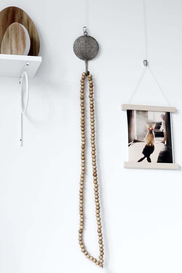 Osterdekoration im Wohnzimmer und Schlafzimmer, dezent Akzente , Hasenbild von Schumikova, Kette aus Holzkugeln und Holzeier