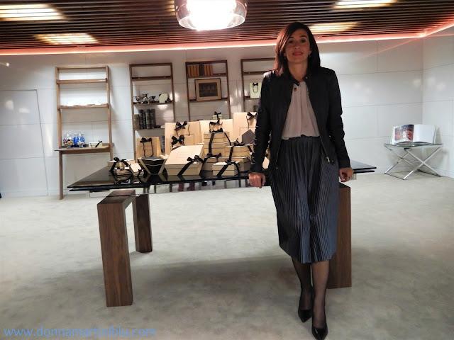 Foto mía en el salón donde se realizó la Cata de Perfumes con varios paquetes con el envoltorio característico de la marca.