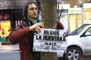 Activistas de La Huertaka colocan un cartel