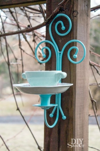 Bird feeder dari cangkir teh dan teko ini mudah dibuat, murah, dan cantik juga dijadikan sebagai dekorasi taman.