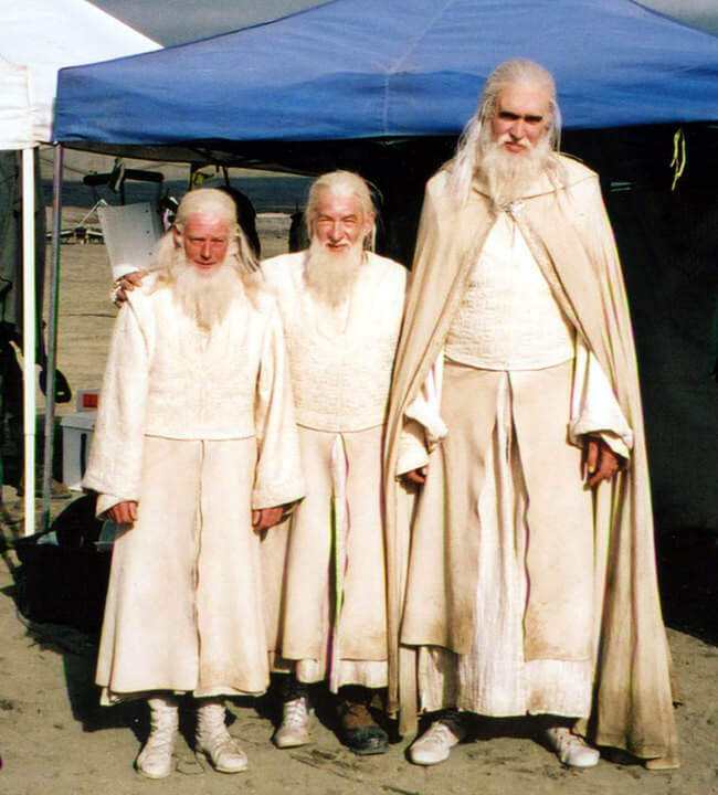 60 Iconic Behind-The-Scenes Pictures Of Actors That Underline The Difference Between Movies And Reality - Gandalf standing in-between his stunt and riding doubles.
