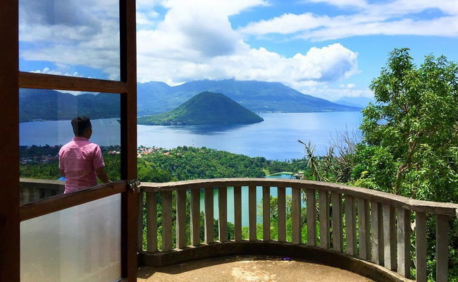 www.Xvlor.com Lake Ngade is dramatic freshwater volcanic pool on the iconic coast