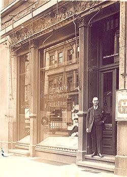 O avô, David J. Cohen, na entrada de sua livraria/papelaria. Berlim, 1926.