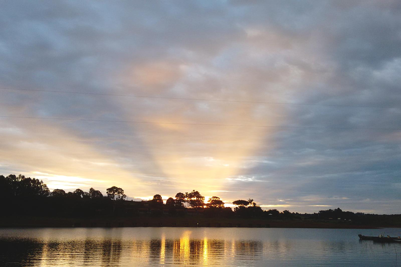 por do sol amarelado no lago