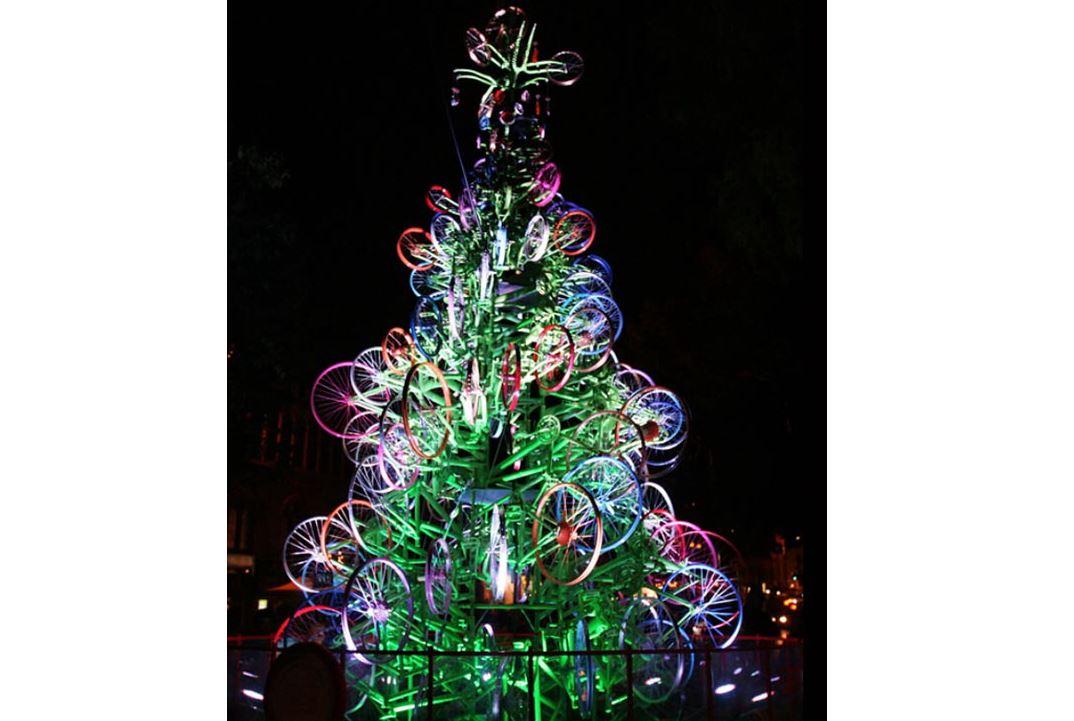 Ανάβει το δέντρο των Χριστουγέννων στον Πέρα Μαχαλά στη Λάρισα