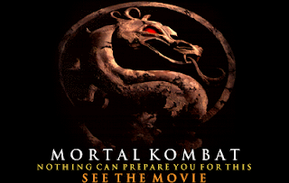 Captura de pantalla del arcade Mortal Kombat en la que se muestra el logotipo de la serie y debajo el texto: Mortal Kombat, nothing can prepare you for this. See the movie