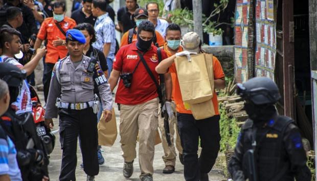 """Polisi membawa sejumlah barang bukti seusai melakukan penggeledahan rumah terduga kelompok jaringan teroris di Kampung Griyan, Pajang, Laweyan, Solo, 11 Desember 2016. Penggeledahan ini merupakan pengembangan kasus penemuan bom dalam """"rice cooker"""" oleh polisi di Bekasi"""