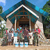 Satgas Yonif Kabaresi Gelar Bakti Sosial Cat Gedung Gereja Tetewang